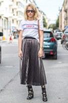 street-style-look-camiseta-saia-plissada-metalica